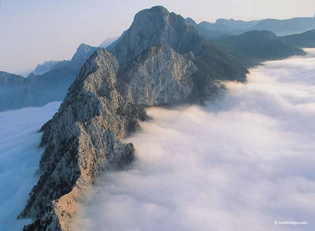 Ilin %77.8'ini kaplayan dağlık alanları genellikle kalkerden