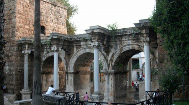 Üç Kapılar ( Hadrianus Gate )